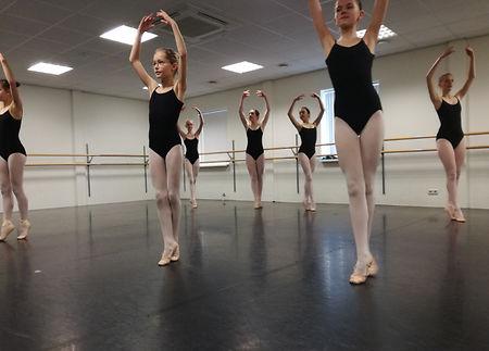 Kunstenaar bezoekt dansles voor Dansende Woorden
